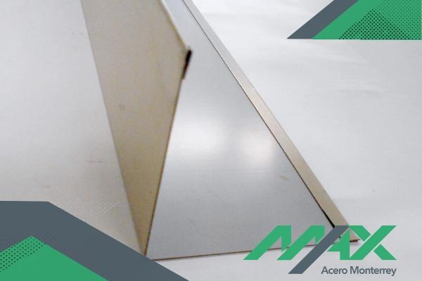 Un multipanel necesita de molduras para completar una instalación. Dichas molduras están hechas de lámina pintro blanca.