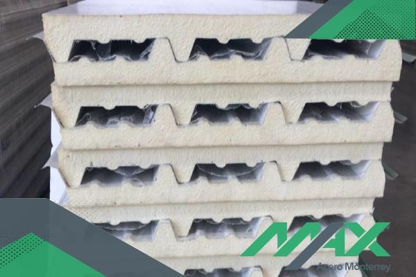 Glamet tipo sandwich; panel aislante de la marca Metecno para instalación de muros con aislamiento termo-acústico.