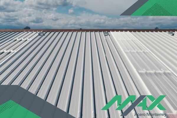 La lámina termoacústica y el panel termoacústico son dos productos con características similares pero con componentes diferentes.